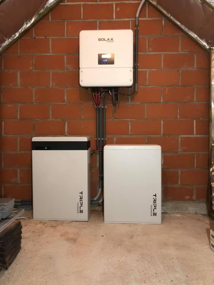 Opstelling van twee Solax thuisbatterijen en de bijhorende hybride omvormer